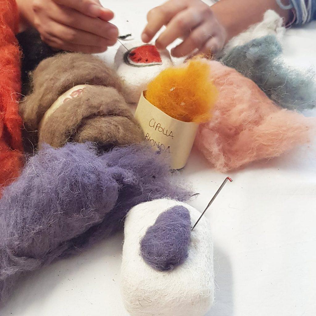 decorazione con aghi da feltro saponette rivestite di lana